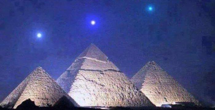 Mercury Venus and Saturn above the pyramids of Giza Egypt. This occurs once every 2373 years. 700x360 - Babil'de Astroloji ve Astronomi. Başlangıç